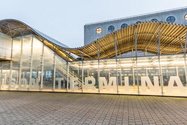 Door de bouw van de nieuwe zeesluis zal de Noordersluis in IJmuiden in zijn huidige functie overbodig worden. Mogelijk biedt dit kansen voor een andere, maatschappelijke inzet van de Noordersluis, zoals energieopwekking, recreatie of iets heel anders. De Bouwcampus is door Rijkswaterstaat gevraagd enthousiaste deskundigen, met uiteenlopende achtergronden, te faciliteren om in co-creatie tot innovatieve, duurzame ideeën te komen voor de toekomst van de sluis. Het co-creatietraject staat open voor experts uit diverse werkvelden die willen meedenken over de toekomst van de sluis. Dinsdag 29 januari 2019 vond een verkenningsbijeenkomst plaats in de Felison Terminal in IJmuiden, inclusief rondvaart door het sluizencomplex. | Foto © Charles Batenburg